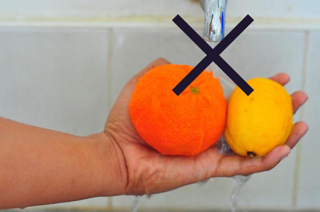 水道水で果物を洗う