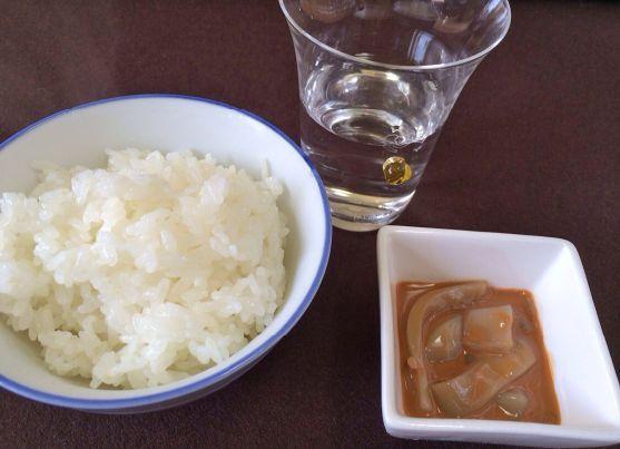 イカの塩辛をおかずにご飯を食べる