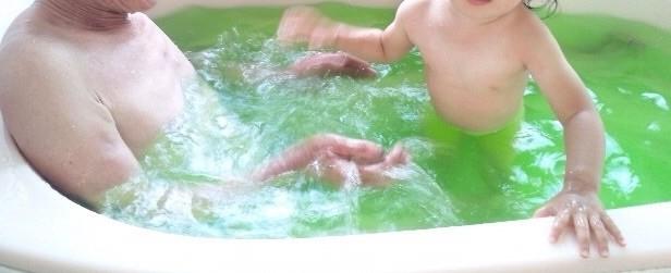 入浴剤でお風呂に入る祖父と孫