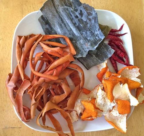 たくあん漬け レシピ 昆布と鷹の爪、渋柿の皮とミカンの皮。